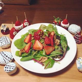 イチゴとクルミのバルサミコサラダ