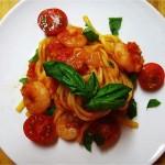 玉ねぎとミニトマトで作ったトマトソースのパスタ、生バジル・ミニトマト添え。