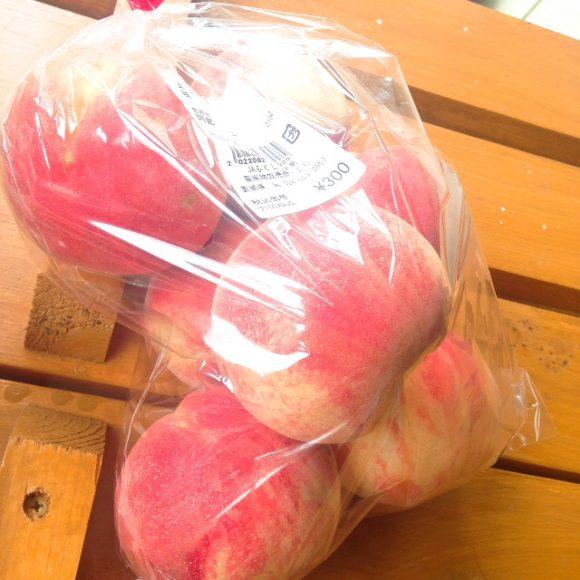 福島市内の直売所で買った桃